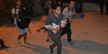 Πρόσφυγες και μετανάστες αποχωρούν από το hot spot της Μόριας, ύστερα από τα επεισόδια, Δευτέρα 19 Σεπτεμβρίου 2016. Τα επεισόδια ξεκίνησαν με αφορμή τη φήμη που κυκλοφόρησε μέσα στον καταυλισμό, περί ομαδικής επαναπροώθησης στην Τουρκία. ΑΠΕ-ΜΠΕ/ΑΠΕ-ΜΠΕ/ΣΤΡΑΤΗΣ ΜΠΑΛΑΣΚΑΣ