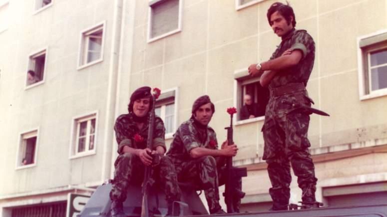 Αυτή η εικόνα δεν έχει ιδιότητα alt. Το όνομα του αρχείου είναι 152733g-une_vie-_la_revolution_des_oeillets_portugal_1975robertdubrou.blogspot.com_-_lisbonne1975002.jpg